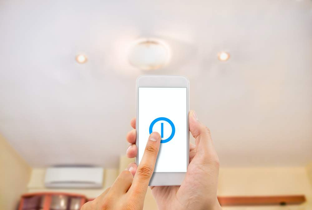usuario con móvil mostrando ventajas y desventajas de la domótica