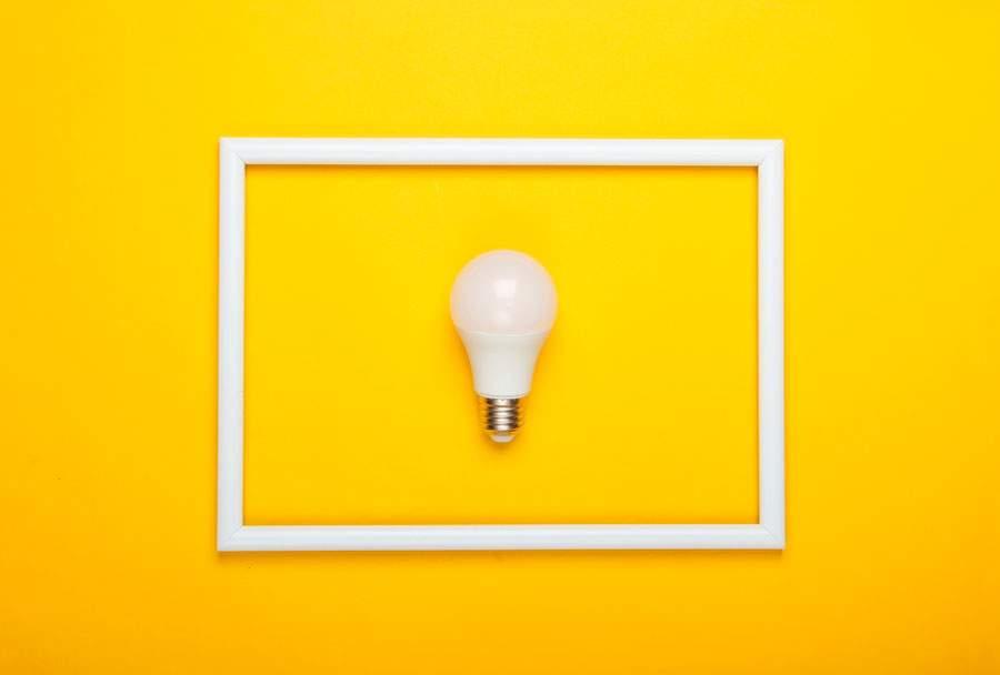 bombilla LED sobre marco amarillo